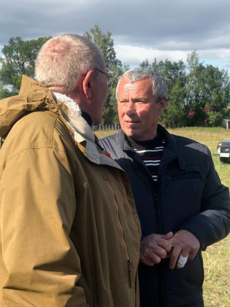 На фото в черной куртке Василий Жижакин — староста деревни