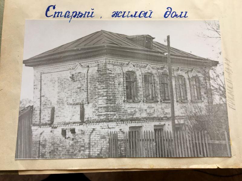 старинный дом сохранился до настоящего времени в Сурках